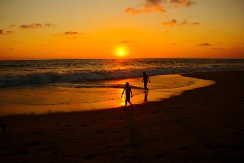 フリー画像| 人物写真| 一般ポートレイト| シルエット| ビーチ/海辺| 夕日/夕焼け/夕暮れ| 橙色/オレンジ|     フリー素材|
