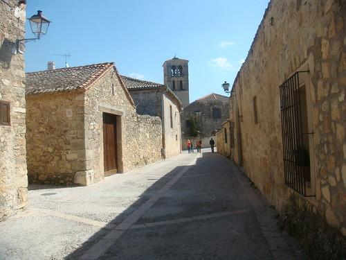 Calle empedrada con la Iglesia al fondo
