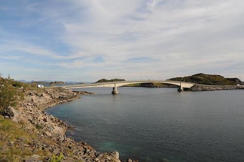 橋で島々がつながっている
