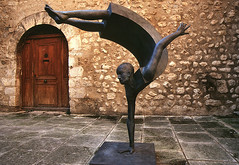 France - Art in Moustiers Saint Marie (rinogas) Tags: sculpture france art nikon arte d200 provence francia moustierssaintmarie verdon provenza scultura nikkor1224dx rinogas