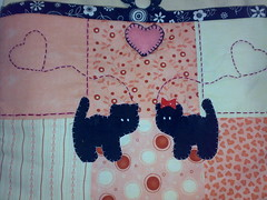 Detalhe Bolsa de Patch (Patch Curitiba - Hugo) Tags: rosa gatos preto fuxico coração feltro patch bolsa fita lona cetim