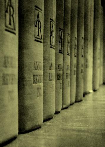 Reliures dans la bibliothèque de sciences humaines et sociales Paris Descartes-CNRS (cc Catulle / Flickr)