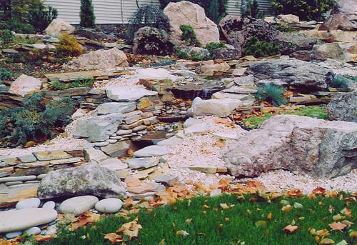 steingarten mit wasserlauf – godsriddle,