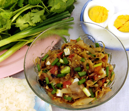 נאם פריק נום, ביצים קשות, אורז דביק, ירקות טריים לטבילה