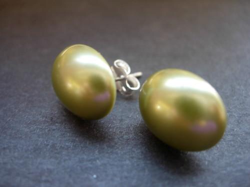 Green synthetic pearl stud earrings