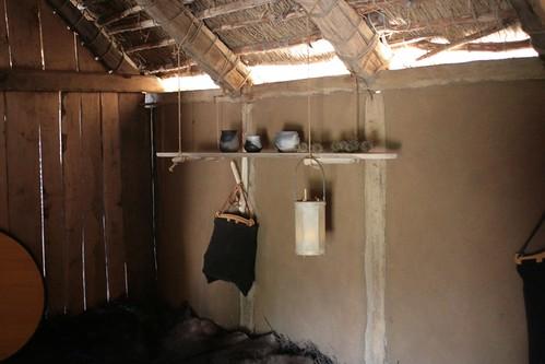 Ein Hängebord in der Herberge (Haus Nr. 7) - Museumsfreifläche Wikinger Museum Haithabu WHH 26-04-2009