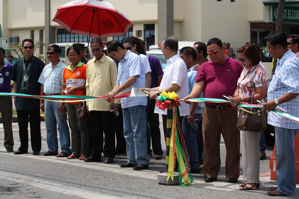 GenSan First Couple Mayor Jun Acharon and wife Dra. Rose lead the cutting of the ribbon crisscrossing the Santiago Boulevard, assisted by city officials and guests.
