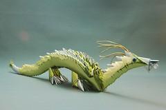 Dragão dourado em origami 3D