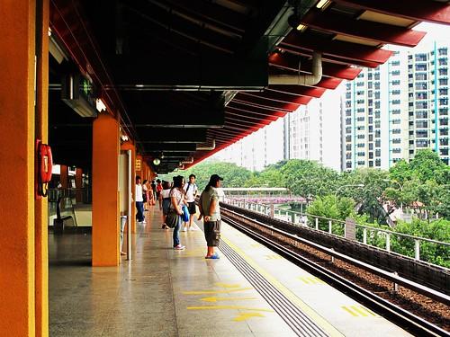 IMG_0234  Waiting , 等待 - Lakeside MRT Station