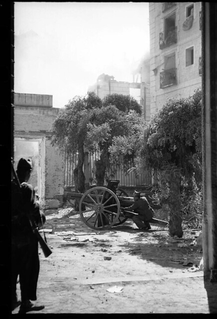 Combates desde el Museo de Santa Cruz de Toledo en 1936. Fondo del Estudio Fotográfico Alfonso. Archivo General de la Administración. Ministerio de Cultura