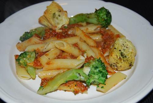 penne met broccoli tomatensaus en artisjok