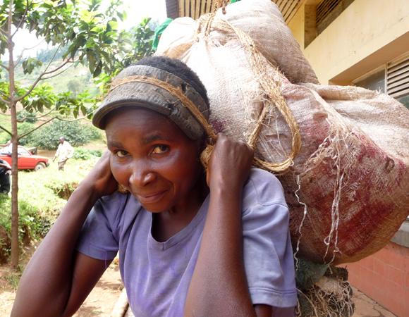 Une transporteuse de viande à Bukavu