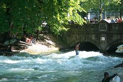 Eisbach-Surferin