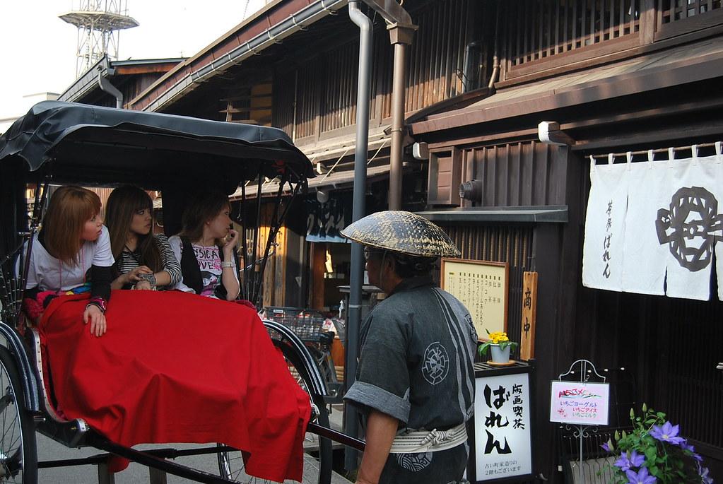 Turistas recorriendo el Sanmachi Suji en carro