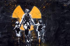 [フリー画像] 芸術・アート, 社会・環境, 親子・家族, ウォールアート, 放射能, ガスマスク, 201103270100