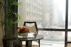(iiiphoto-k) Tags: newyorkcity usa flower lamp vertical modern table day nopeople illuminated livingroom indoors vase newyorkstate   luxury                          showcaseinterior