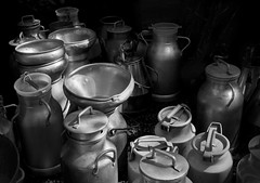 pot  lait (pas le matin) Tags: blackandwhite bw metal noiretblanc can nb pots lille brocante hdr aluminium braderie bidon milkcan milkpot braderiedelille potlait bidondelait bidonlait