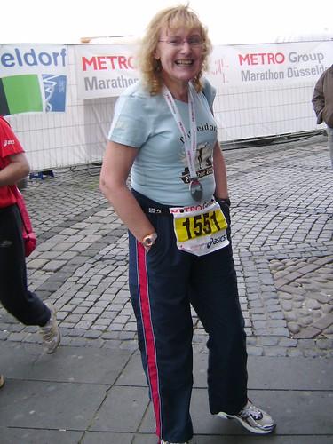 Renate nach dem Düsseldorfer Marathon 2009