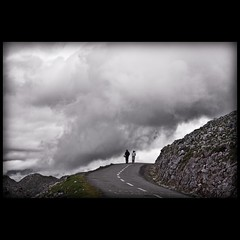 un paseo entre las nubes (Bous Castela) Tags: paisajes canon pareja asturias paseo cielo nubes monte montaa aramo caminando sierradelaramo angliru milde riosa ltytr1 canoneos1000d langliru bouscastela