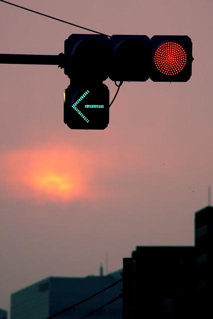 夕暮れ時の信号