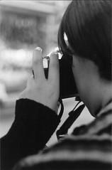 - beb  (stephaniereis.) Tags: bw woman girl 50mm bokeh mulher amiga pb mercadomunicipal pentaxk1000 beb garota sula  fotgrafa suu exitdoors sulamita filmepuxado kodaktrixiso400 stephaniereis