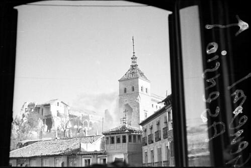 El Alcázar en pleno asedio en 1936. Fondo del Estudio Fotográfico Alfonso. Archivo General de la Administración. Ministerio de Cultura