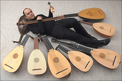 surround sound (or: a luteplayer's dream) (ohrfeus) Tags: music gallery instrument surrounded lute showoff laute msh0309 theorbe theorbo chitarrone msh03092