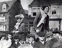 Anglų lietuvių žodynas. Žodis suffragette reiškia n sufražistė, kovotoja už moterų teisę balsuoti lietuviškai.