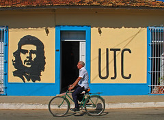 Just cycling by (steverichard) Tags: street old city man bike bicycle cycling photo calle cyclist ride image union cuba young sunny ciudad scene unesco communism photograph cycle trinidad che cuban rider guevara hombre kuba communists biciclette cubano homen ujc steverichard