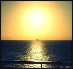 L'orizzonte a bordo (Ele88) Tags: sea summer sky italy boats italia tramonto mare cielo sole riflessi vacations controluce sera mygearandme