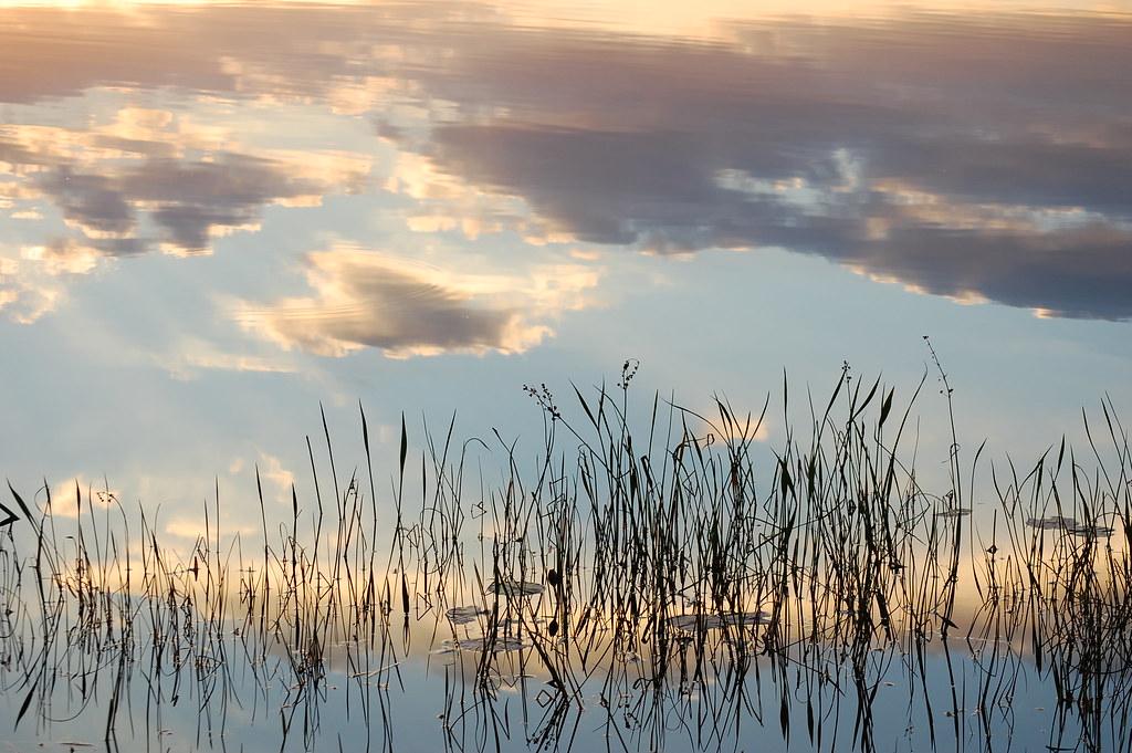 Reflejo de las nubes sobre el lago