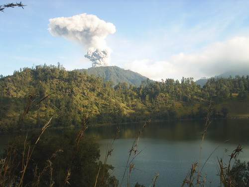MAHAMERU MENGELUARKAN GAS BERACUN...VIEW FROM RANUKUMBOLO LAKE