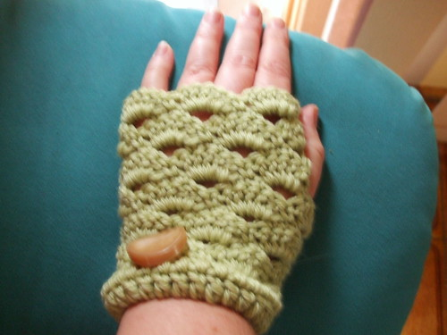 BHSYRB mitts (big hook, squooshy yarn, retro button)