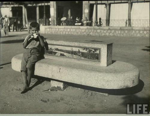 Niño en la Plaza de Zocodover (Toledo) a principios del siglo XX. Archivo de la Revista Life