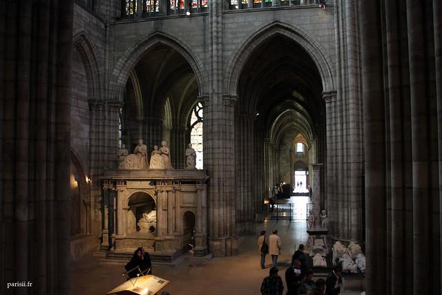 Sur la gauche, le tombeau de François Ier, splendide arc de triomphe célebrant la bataille de Marignan