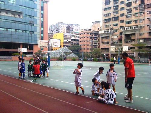 Children playing soccer 007 兩邊的教練中場休息時精神喊話