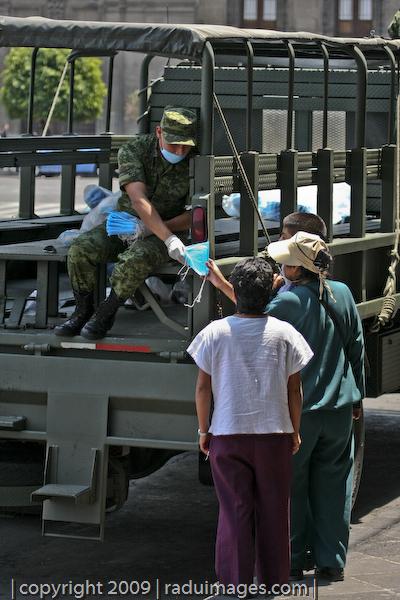 Militar repartiendo Cubre Bocas