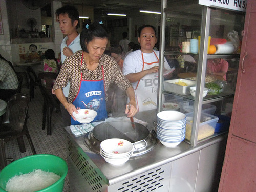 Preparing Laksa at Choon Hui Cafe