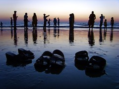 Dusk at Juhu Beach, Mumbai (Tom Spender) Tags: blue light sunset red sea people orange india beach water silhouette yellow seaside dusk sandals footwear bombay mumbai juhu flickraward mtrtrophyshot