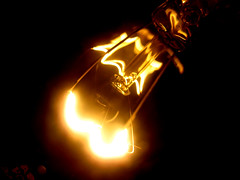 EleCtRiCiTy (SwEeTcHy) Tags: bulb bombilla electricidad lightbulb eureka idea electricity light luz noche night goldenglobe