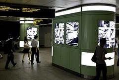 地下鉄広告を見る人