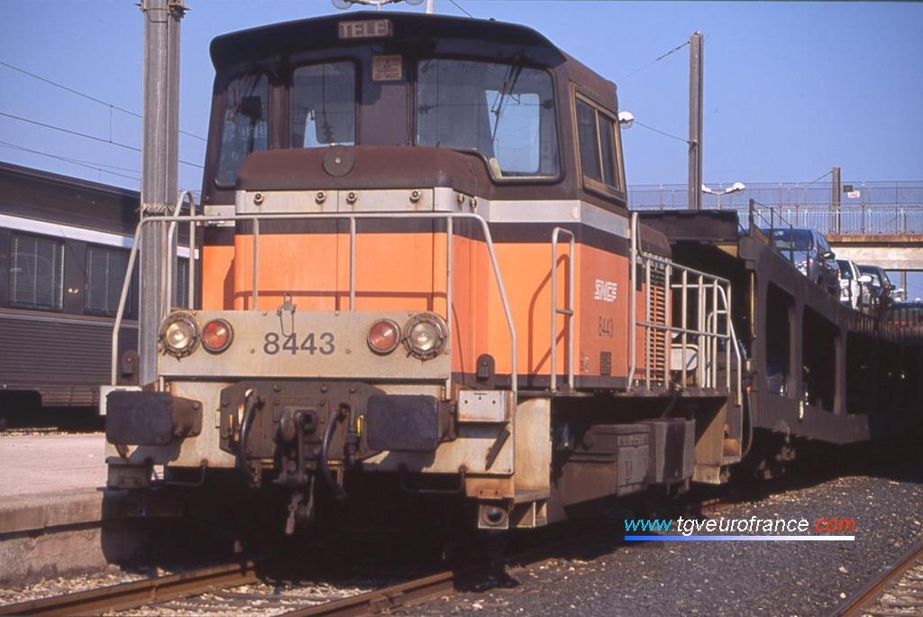 Un locotracteur thermique Y 8400 SNCF télécommandable en tête de wagons de transport d'automobiles en gare de Toulon (Var)