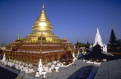 Temple de Shwezigon, Bagan, Birmanie. Tempulli i Shvezigonit, Bagan, Birmani. Templo de Shwezigon, Bagan, Birmania. Shwezigon temple, Bagan, Burma. (Only Tradition) Tags: temple burma myanmar templo bagan birmanie birmania birmani tempull tempulli