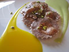 Ravioli neri allo stracchino su zafferano e pistacchio