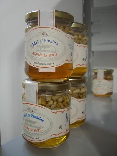 Miel con piñones