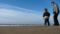 schelpen en stenen gooien (RuSt) Tags: beach castricum bakkum