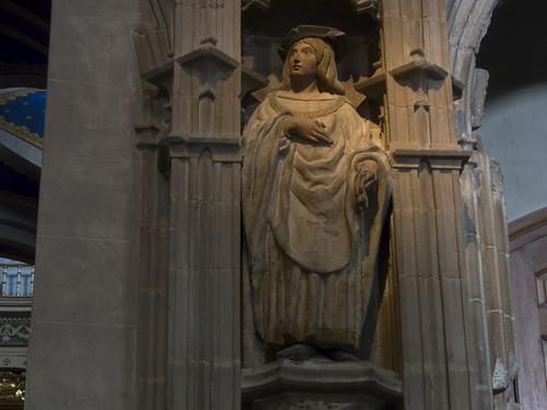 Estatua junto a la entrada de la Capilla de Santa Orosia