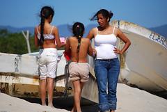 Esperando a papá (Mario Sepülveda) Tags: family familia méxico kids children mexico women fishermen mario cruz oaxaca punta niñas mujeres salina sepulveda mexiko pescadores sepúlveda mejico chiquillas chipehua sepülveda omario