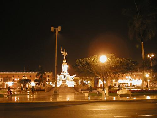 Plaza de Armas de Trujillo de noche