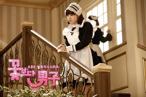 Geum Jan Di cemberut, sedih teringat akan Gang San yang bisa berkumpul dengan ayah ibunya. Sementara ia harus menamatkan SMU di Seoul dan bekerja di kediaman keluarga Gu.